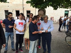 "Sabato 20 giugno- Vittorio Sgarbi autografa un suo libro a Giovanni Belfiori • <a style=""font-size:0.8em;"" href=""http://www.flickr.com/photos/132467718@N05/18910117550/"" target=""_blank"">View on Flickr</a>"