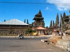 Batu . . . (willem_huwae) Tags: road street people bali building clouds canon indonesia temple vakantie asia wolken hoiday trap batu mensen brommer willemhuwae