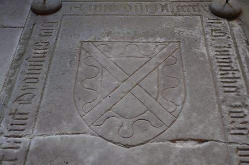 Maulbronn (Alemania). Monasterio. Claustro. Escudo en losa sepulcral
