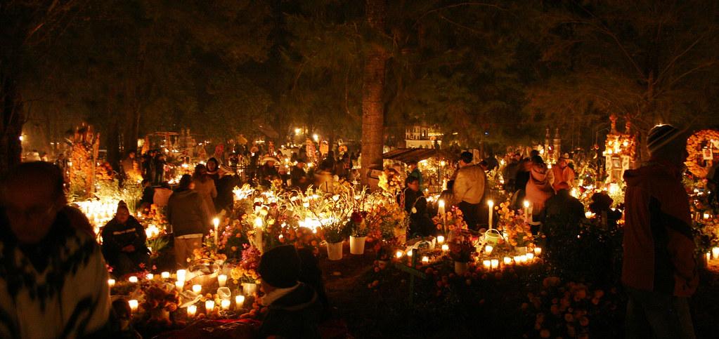 Viernes 2 de Noviembre 2007. TzinTzunTzan, Michoacán. México. Pobladores de TzinTzunTzan en el estado mexicano de Michoacán, velan a sus muertos como cada año lo hacen desde espocas prehispánicas en el panteón municipal de TzinTzunTzan.