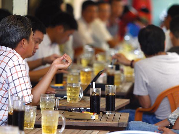 1Ngồi quán vỉa vè bên ly cà phê, cùng hàn huyên tâm sự là cách mà nhiều người chọn để ngắm nhìn Sài Gòn vội vả