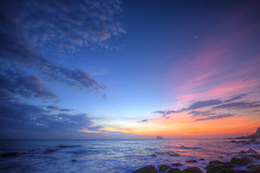 IMG_0175_177 外木山日出火燒雲 HDR (vicjuan) Tags: sea cloud moon sunrise geotagged taiwan 雲 海 hdr zhongshan keelung 東海 autofocus 日出 月亮 外木山 火燒雲 tonemapping 中山區 基隆市 platinumheartaward 外木山濱海風景區 20150712 geo:lat=25165097 geo:lon=121716788