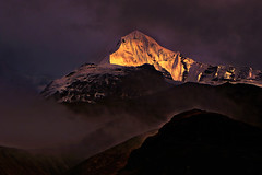The signature of the dawn !! (Lopamudra !) Tags: lopamudra lopamudrabarman lopa tentpeak tent peak annapurnarange annapurnamassif annapurna annapurnabasecamp abc trek himalaya himalayas highaltitude sunrise sunshine sunlight range ray rays shining shine dawn morning morn twilight sky skyscape clouds cloud colour color colours cold colourful picturesque peace beauty magical mysterious mystery mystic basecamp daybreak golden mountain mountains mount nepal landscape