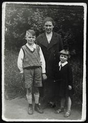 "Archiv K866 ""Waldemar"", ""Mulde"", 1920er (Hans-Michael Tappen) Tags: archivhansmichaeltappen mutter tochter sohn kleidung mantel outfit frisur outdoor fotorahmen schuhwerk pulli 1920s 1920er"
