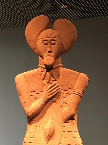 Keltenwelt in Glauberg: Sandstein Statue eines Kriegers oder Druiden