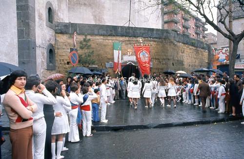 Napoli (NA), 1973, Cerimonia dei fujenti di Madonna dell'Arco al monumento ai caduti di tutte le guerre a Porta Capuana.