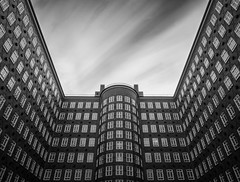 Sprinkenhof Hamburg (tholiefot) Tags: bw monochrom vertical windows hamburg sprinkenhof architecture lines einfarbeig gebäude clouds long exposure germany areas perspective