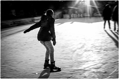 Winter in the city (Roberto Spagnoli) Tags: winter inverno ghiaccio ice people controluce backlight girl raggidisole sunbeam skating pattinaggio fotografiadistrada streetphotography biancoenero blackandwhite