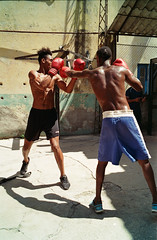 (kristiancarneiro) Tags: cuba fujicolor200 habana havana leicam7 vacation streetphotography boxe boxing
