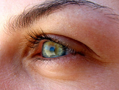 Look closely... (lRoda) Tags: macro verde green eye canon olhos reflexo s2 eyeshot interestingness481 i500 explore13apr06 beachreflected aleroda