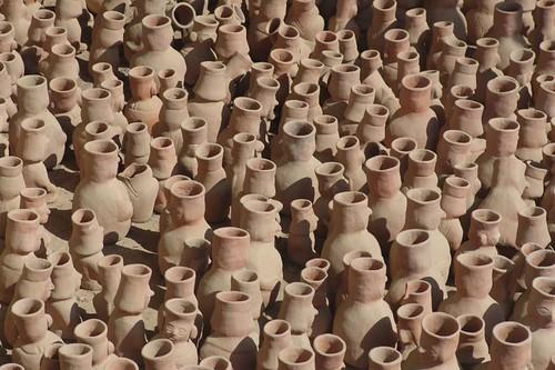 Her er en hel masse keramikkrukker.