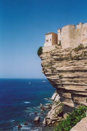 Sperone di roccia a strapiombo sul mare