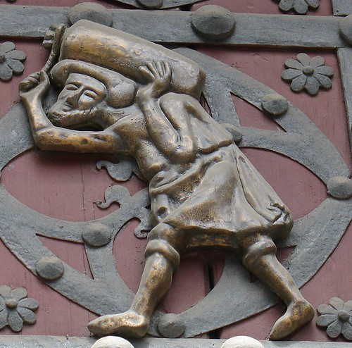 Homenaje a los bastaixos con este relieve de Santa María del Mar