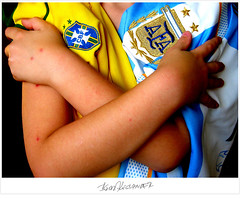 Hug (Igor Alecsander) Tags: brazil people argentina colors brasil hands hug peace arms gente soccer paz abrao worldcup futbol alejandro futebol abrazo afa cbf celeste yellowgreen camisa remera brazos braos argentinabrasil canarinho