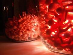 bebés plásticos en jarras con luz