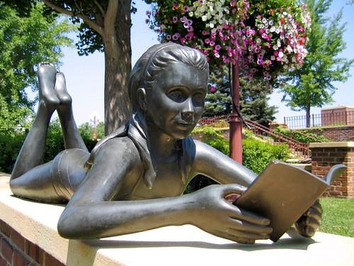 Escultura leyendo