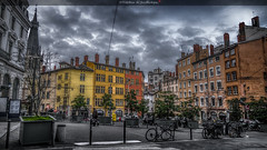 La vie en couleurs (Fred&rique) Tags: lumixfz1000 photoshop cameraraw ville architecture place couleurs urbain paysage ciel nuages vélos hdr