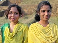 Bangladesh - soeurs en jaune (Damir-D) Tags: bangladesh yellow girls beauties smile earing
