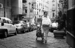 NAPOLI 03 (Cédric Belotti) Tags: pentax pentaxk1000 film argentique noiretblanc blackandwhite portrait monochrome extérieur personnes ruelle trottoir kodak naples