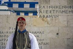 Evzón en Syntagma (guillenperez) Tags: grecia greece hellas athens atenas syntagma square plaza guardia guard evzones evzon escritura writing