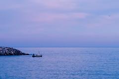 Salió a pescar pero... (explored 2017/01/12) (Fnikos) Tags: port sea seascape water waterfront sky skyline boat people fishing rocks serene outdoor