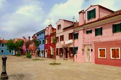 Burano (FloDL) Tags: venise venice venezia burano italie italia italy place piazza couleurs maisons façades île fontaine