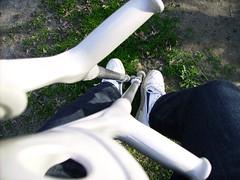 Nikes und Kücken - Nikes and crutches (herby_02) Tags: nikesportschuhemitsohlenerhöhungrechtsundgehhilfen gehbehinderung gehbehindert schuhe schuh shoe shoes handicap schuhzurichtung builtup schuherhöhung sohlenerhöhung beinlängendifferenz verkürzungsausgleich leglength crutches crutch krücken krücke gehhilfe gehhilfen