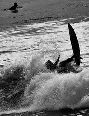 Silhouettes in the sea (Beatriz-c) Tags: silhouettes siluetas bw bn blanco negro black white surf monochrome monocromo gris grey agua water