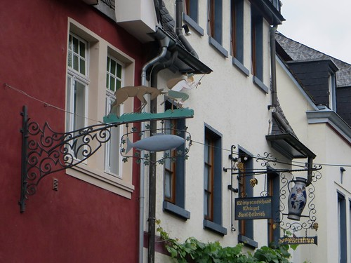 Enseignes, Oberstraße, Bacharach, landkreis Mainz-Bingen, Rhénanie-Palatinat, Allemagne.