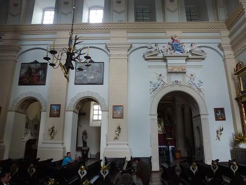 Północna ściana kazimierskiej fary z wejściami do kaplic Borkowskich i Różańcowej