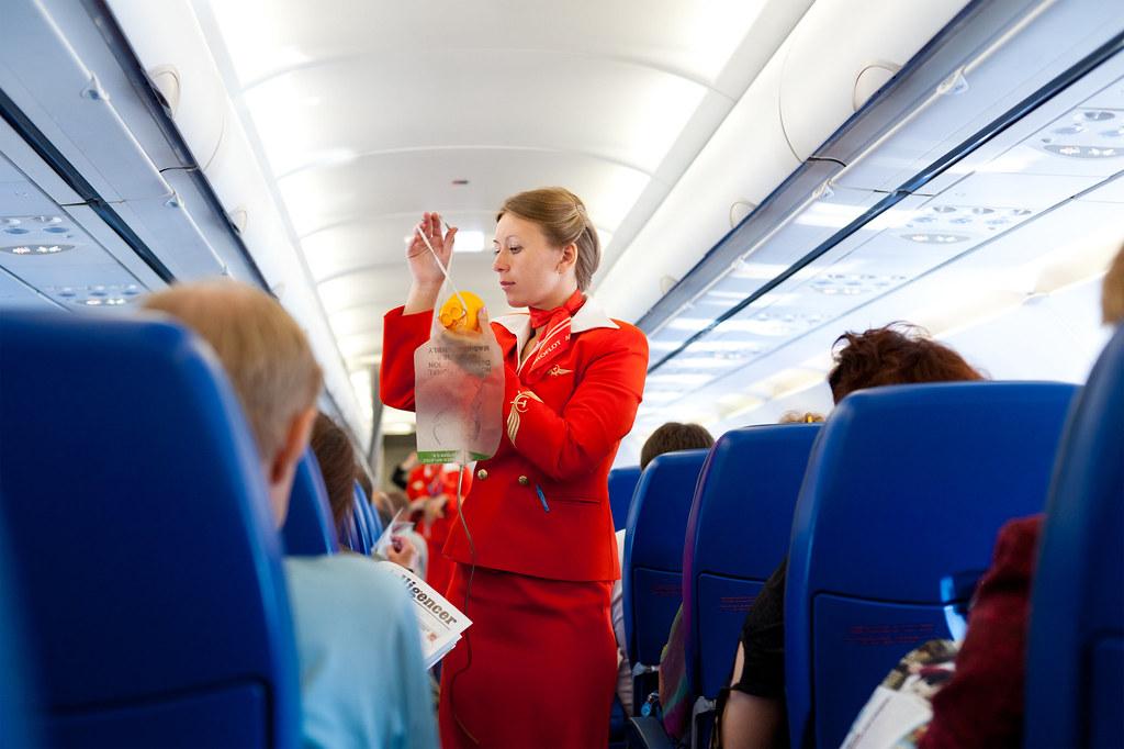 1Khi đi máy bay, hành khách nên chú ý lắng nghe hướng dẫn an toàn của các tiếp viên