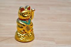 Wackelkatze / Waving Gold Cat  aus Chinatown, Bangkok, Thailand (wuestenigel) Tags: china statue thailand golden klein small katze glcksbringer wackelkatze
