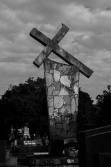 Cemitério (Vincent Zanicheli) Tags: cruz pedra cemitério dia diferente tudo depende do seu olhar pirassununga brasil interior são paulo
