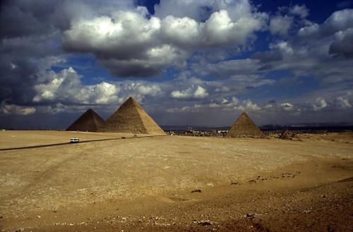 "Ägypten 1999 (655) Kairo: Großen Pyramiden, Gizeh • <a style=""font-size:0.8em;"" href=""http://www.flickr.com/photos/69570948@N04/32400406121/"" target=""_blank"">View on Flickr</a>"