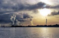 Horizon van het Avondland (CosmoClick) Tags: horizon industrial waterweg river cosmoclicky rotterdam maassluis smoke dusk wow