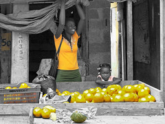 Be Happy ! (emerge13) Tags: laromanard dominicanrepublic repúblicadominicana marketplace fruits caribbean people streetlife streets rue food personnes couleurssélectives selectivecolor flickrunited flickrunitedaward saariysqualitypictures