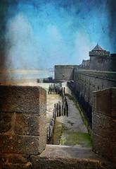 le long des remparts de Saint Malo (.Sophie C.) Tags: saintmalo 35 illeetvilaine cote littoral mer sea bretagne breizh remparts forteresse fortress cost plage beach photoshop texture france