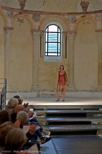 Défilé de mode au Prieuré de Salaise-sur-Sanne, 38150, France. large image