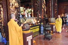 Chanting in progress at the main shrine of the Vinh Trang pagoda (shankar s.) Tags: southeastasia seasia vietnam saigon hochiminhcity hcm southvietnam mekongdeltavietnam tiềngiangprovince mytho vinhtrangpagoda religiousshrine placeofworship houseofprayer buddhism buddhistfaith taoism buddhisttemple templeinterior shrineinterior sanctum sanctumsantorum buddhastatue halo buddhaimage templedeity mainhall chanting