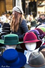 Il banco dei cappelli - The hat stand (Pablos55) Tags: cappelli bancarella donna sorriso capelli hats stand woman smile hair