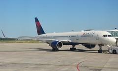 DL B752 TLS (Luis Fernando Linares) Tags: aviation delta boeing toulouse tls charter winglets 757200 avgeek n703tw