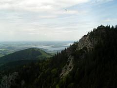 Blick von der Kampenwand ... (bayernernst) Tags: berg bayern deutschland oberbayern berge mai chiemsee seilbahn kampenwand 2015 chiemgau drachenflieger kampenwandseilbahn 29052015 sn204805