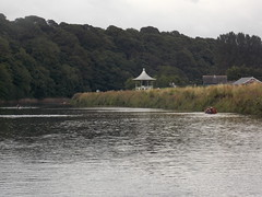 Durham, United Kingdom (Shaun Smith-Milne) Tags: eau water durham countydurham unitedkingdom england angleterre river fleuve wear riverwear bandstand park parc rivière rameur boat rower bateau arbre arbres tree trees shrubbery massif herbe grass