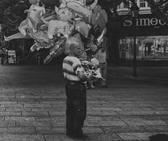StreetDay (Jostography) Tags: street urban man blanco canon calle day y negro balloon globos burgos helio 2015 robado niosa jostography