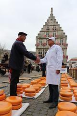 Say Cheese! (Jensje) Tags: dutch cheese market thenetherlands trade stadhuis gouda kaasmarkt cheesemarket townhal handjeklap