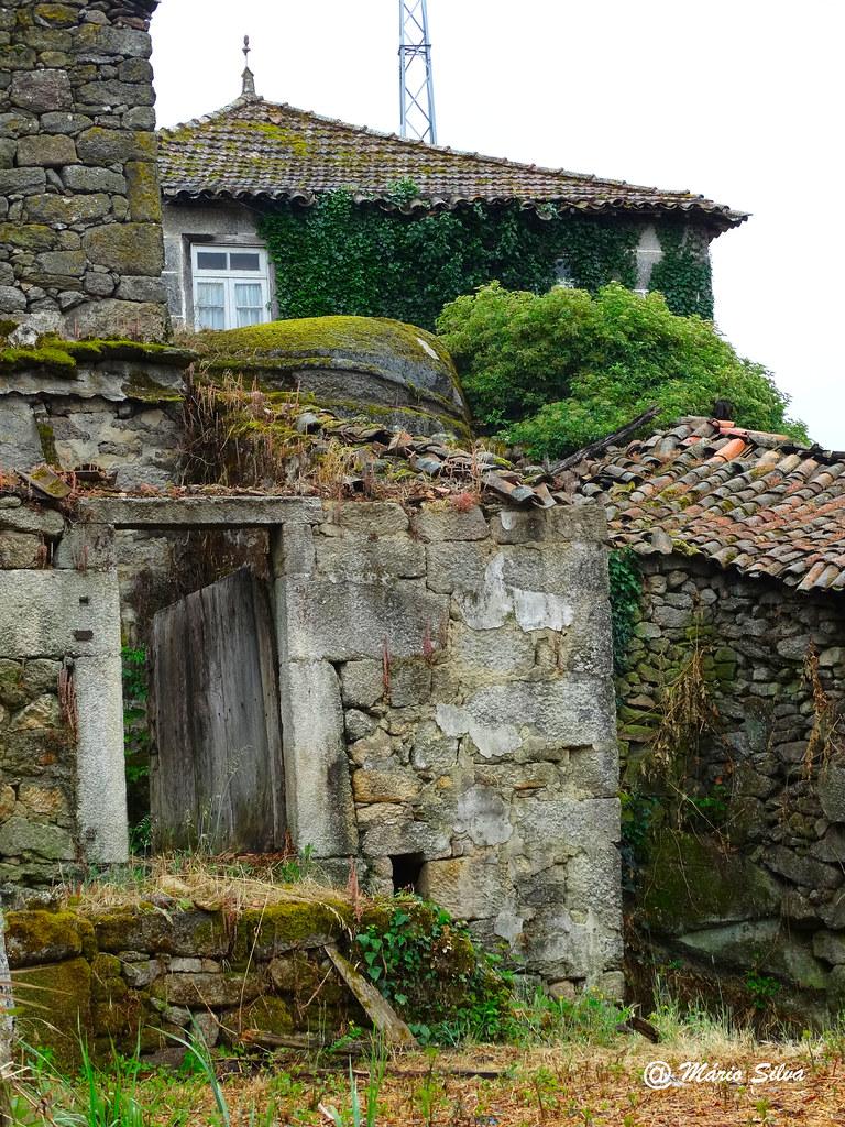 Águas Frias (Chaves) - --- casas e restos delas ...