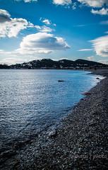 Τοπίο 27 Δεκ. 2016 (jonhatzi) Tags: θάλασσα θάλαττα χαλίκια λόφοσδένδρα σύννεφα αντανακλάσεισ κυανό λευκό