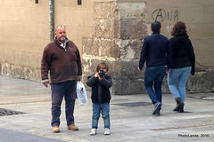 El cazador cazado (Landahlauts) Tags: fujifilmxa2 fujifilmfujinonxc1650mmf3556oisii andalucia granada niño kid boy camara camera photographer fotografo hombre man callegranviadecolon granvia fotografiascuriosas stranger robado desconocido stealingsouls robandoalmas