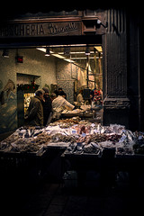 Pescheria Brunelli (♫♪♭Enricodot ♫♪♭) Tags: enricodot street streetphotographer streetlife fishmarket pescheria fish people simangiapesce wilpesce fishlovers