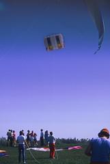 Drachenfest (05) (Rüdiger Stehn) Tags: kite analog 35mm deutschland europa leute sommer himmel slide dia menschen scan veranstaltung schönberg 1990s schleswigholstein drachen norddeutschland schönbergerstrand mitteleuropa drachenfest probstei contax137md analogfilm kleinbild drachenfestival canoscan8800f kbfilm 1990er kreisplön diapositivfilm